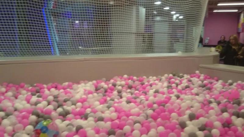 Бассейн с шариками это круто!