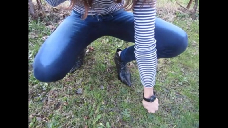 Piss in Stretch-Jeans outdoor