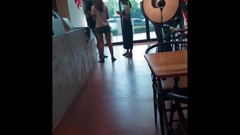 180814 Момо,Мина,Цзыюй в кафе «Soul Cup» в новом здании JYPE. cr. hushjj.