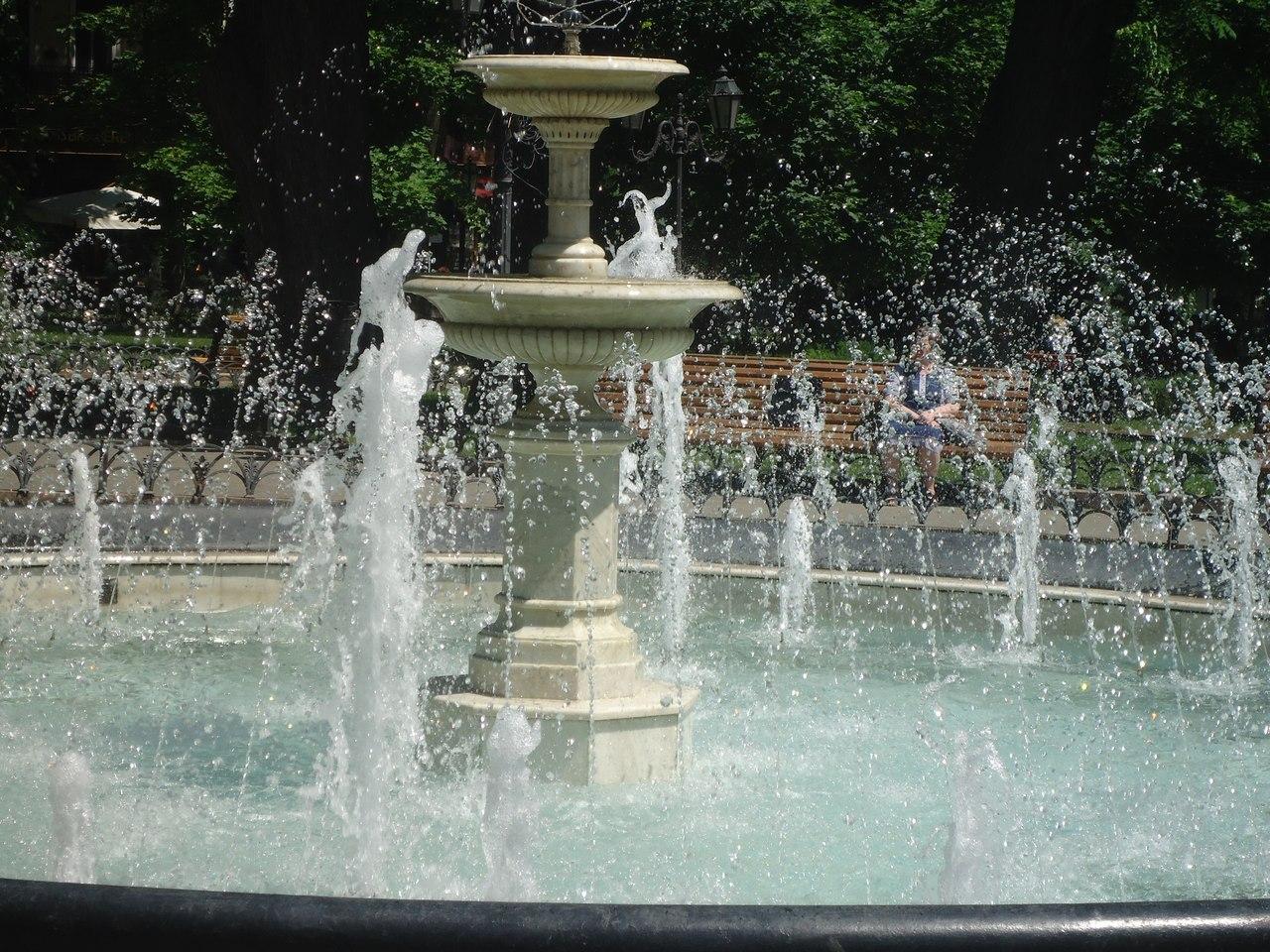 Туристы фоткаются у фонтана в Горсаду Одессы