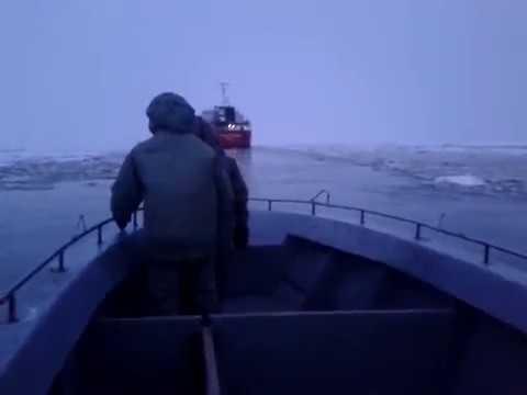 Рыбаки попали в шторм. ледяной плен