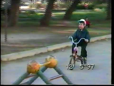 1997 05 12 Андрейка катается на велосипеде около дома в Саратове