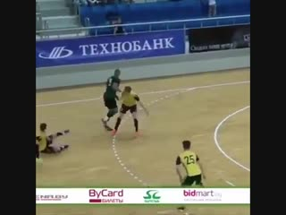 Техничные прокаты мяча между ног от бразильского громилы Бето из