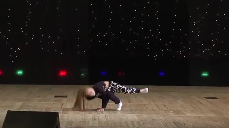 [v-s.mobi]Самый крутой хип-хоп.Что она вытворяет(Amalia)..mp4
