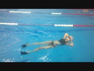 Бассейн Ойрат - Арены. Девушка на 2 занятии , вспомогательное оснащение пояс и ласты.Приходите, плавать это здорово!