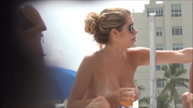Голая девушка показала огромные сиськи засветила большую грудь соски подсмотрено на пляже не порно nude big tits huge boobs porn