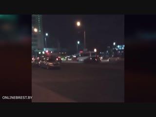 Бывает и такое... В Бресте одновременно произошло два ДТП на одном участке. Прямо сейчас на улице 28 июля участники ДТП ждут ГАИ