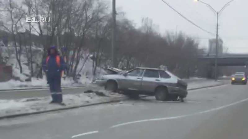 Mercedes столкнулся с ВАЗ, и тот влетел в столб в страшной аварии пострадали трое