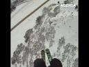 Прыжок со скалы с открытым парашютом