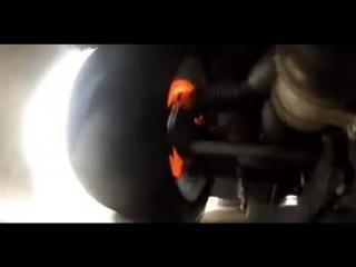 Так выглядит работа тормозной системы автомобиля во время гонок.
