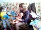 Таня с Мамой одевают куклу