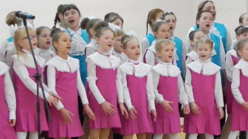 Анечка выступает в хоре