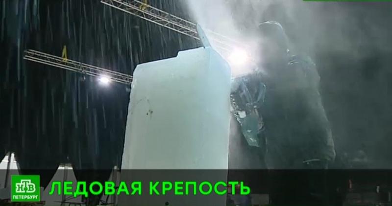 Мастера ледовой скульптуры осваиваются в Петропавловской крепости