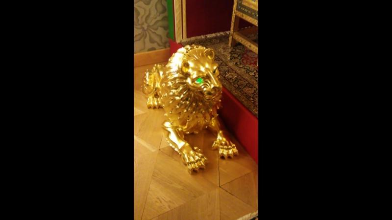 Отец царя Петра 1 царь Алексей Михайлович сидя на своем троне пугал этими львами иностранных послов