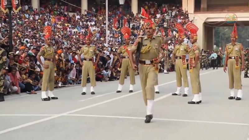 จริงจังกันมากเลยฮ่าๆ!! ทหารประเทศอินเดียและปากีสถาน ในพิธีเชิญธงและปิดประตูพรมแดน. phgoup