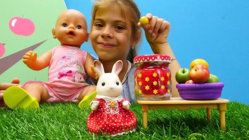 Çocuklar için evcilik oyunu. Bebek ve anne tavşan reçel yapıyor