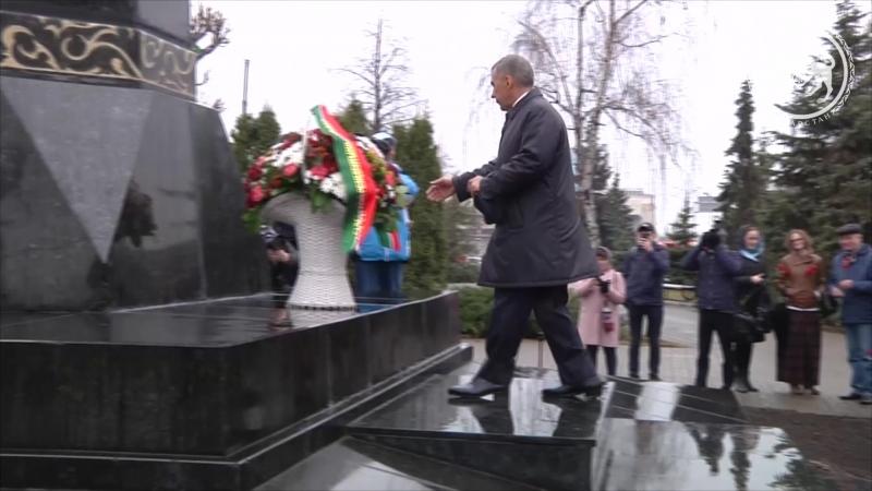 Рустам Минниханов возложил цветы к памятнику Габдулле Тукаю