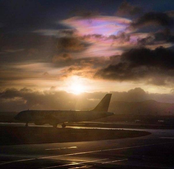 Удивительные перламутровые облака в небе над Великобританией Жители Шотландии и северной Англии имели возможность наблюдать редкое природное явление – перламутровые облака. Этот феномен можно