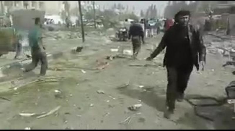 Последствия взрыва заминированного автомобиля в городе Идлиб.