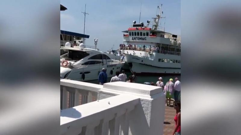В порту Сочи теплоход с пассажирами едва не врезался в катер.