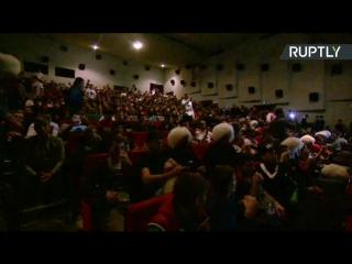 Болельщики в кинотеатре Махачкалы смотрят бой Макгрегора и Нурмагомедова — LIVE