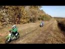 Ребята из мотоклуба Горизонт катаются на грунтовом треке.