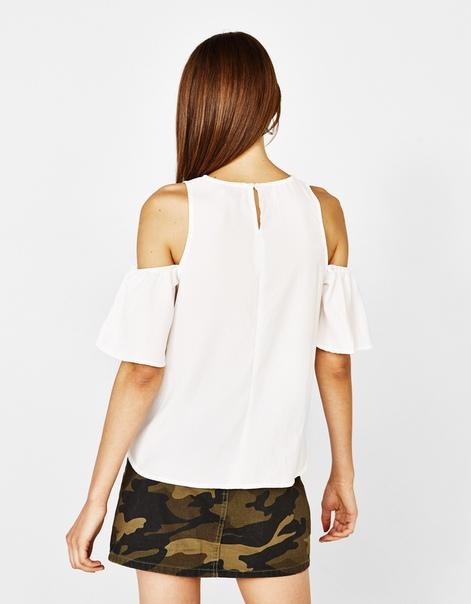 Блуза с рукавами и открытыми плечами