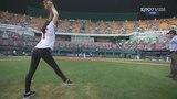 Гимнастка играет в бейсбол. South Korean rhythmic gymnast Shin Soo-ji's first pitch