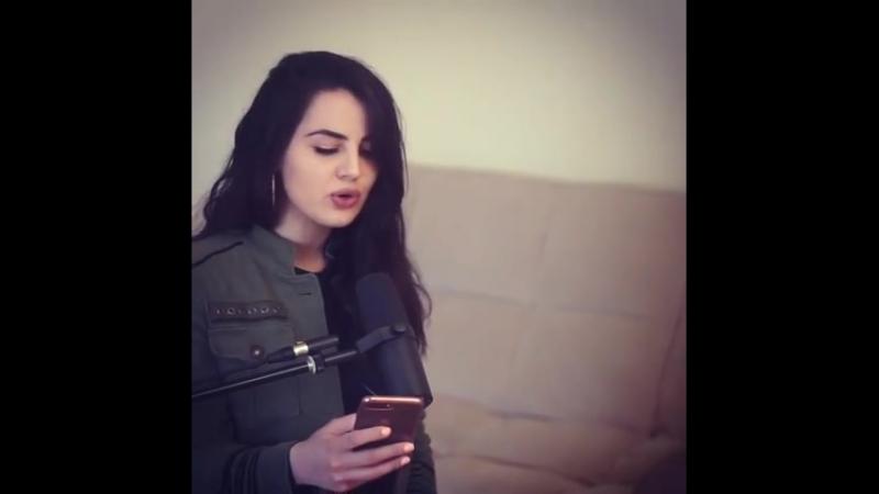 красивая на красивая девушка поёт