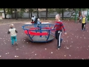 Сынишка на прогулке. С большими мальчишками играть интереснее.