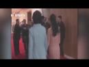 Kim Jong un empuja a un fotógrafo que intentaba tomar fotos de su esposa