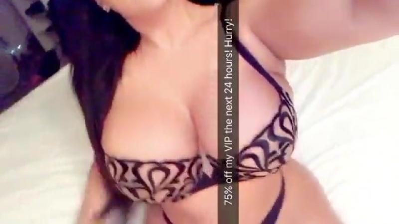 Kiara Mia очень горячая и сочная латиночка с огромными сиськами в эротичном белье