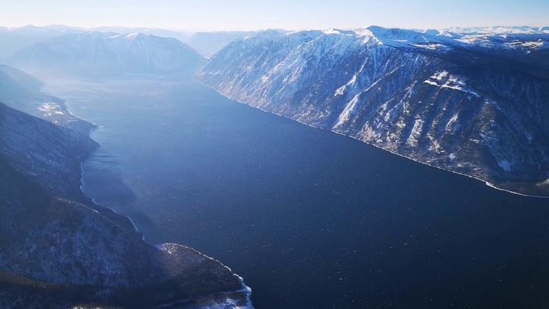 Короткий видеосюжет Телецкого озера с высоты птичьего полёта