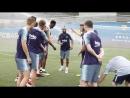 Артуро Видаль встречает товарищей по команде во второй половине дня