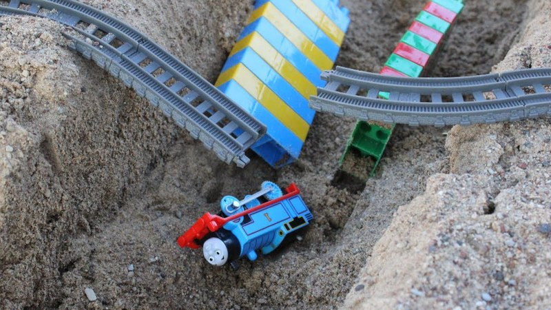 Thomas the train is in trouble! Assembly a railway bridge for Thomas and Friends toys.