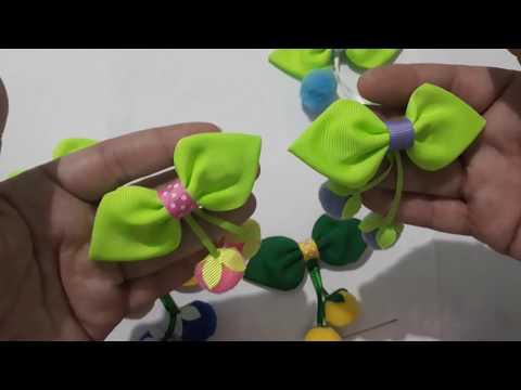 Frutinhas de pompom no laço folhinha, com acabamento no bico de pato