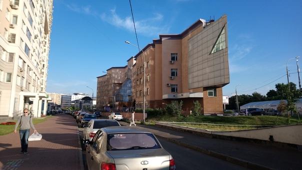 Необычные угловые зданиях на подвесе.  12 июля 2018
