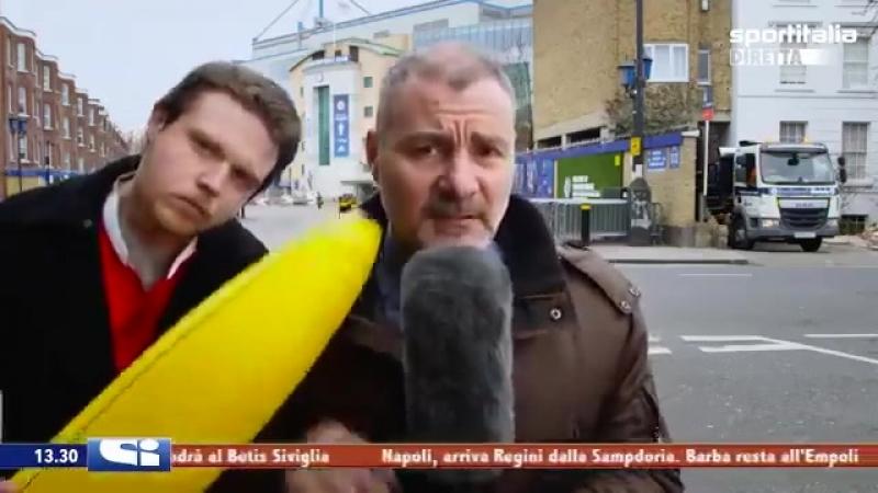 Репортёр и человек с бананом