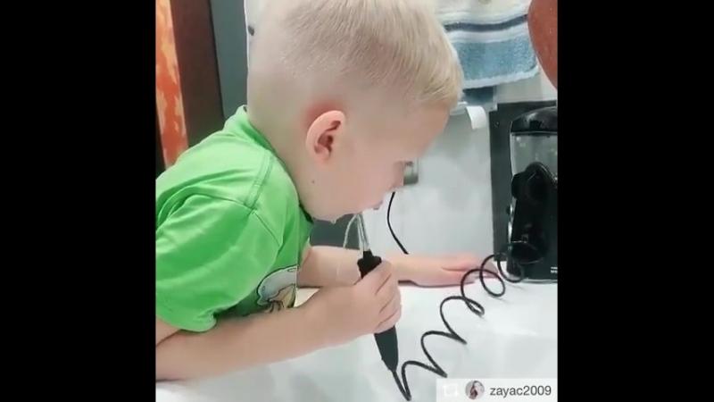 Малыш пользуется ирригатором Waterpik