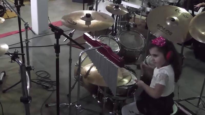 Eduarda Henklein (4 years) no 3° Encontro de bateristas em Rio Negrinho - SC COVER Guns Roses