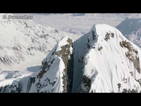 Лыжник покоряет скальную расщелину