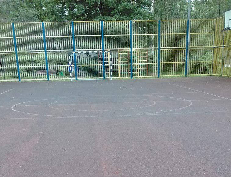 Резиновое покрытие восстановили на спортплощадке на Новгородской