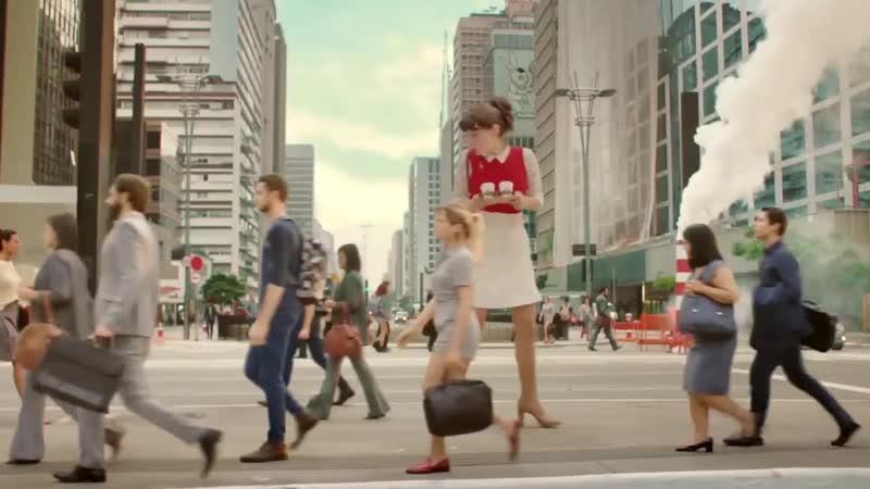 Nestlé Alice алиса большой гигантский человек высокий маленькие люди реклама женщина шоколад