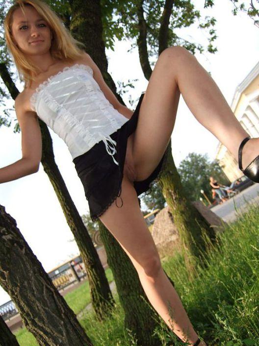 Раздвигают ножки милые девульки