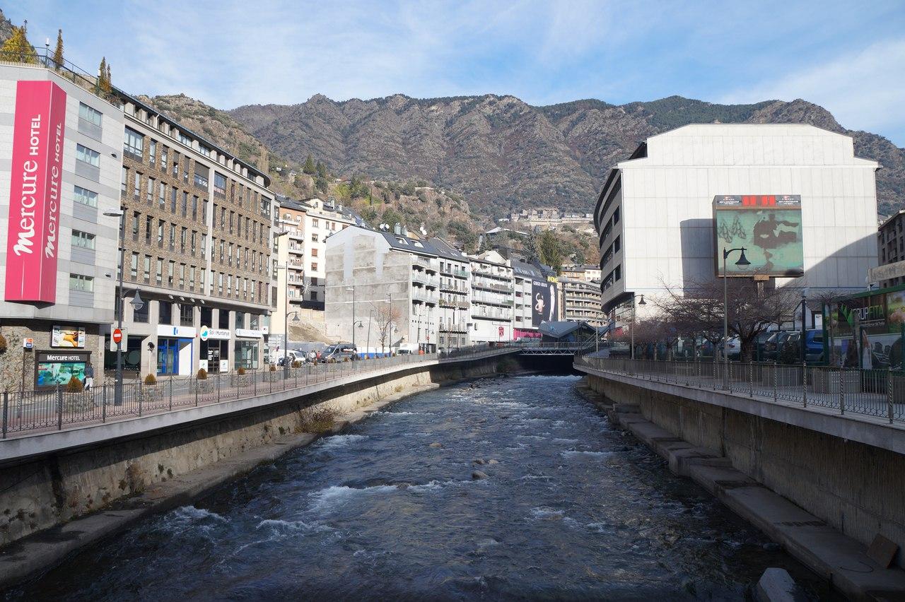 Андорра-ла-Велья - столица карликового государства город, страны, можно, старых, достаточно, проходит, часть, КасадельВал, Андорры, выглядит, здание, Франции, Испании, города, является, несколько, другом, городе, городами, граница