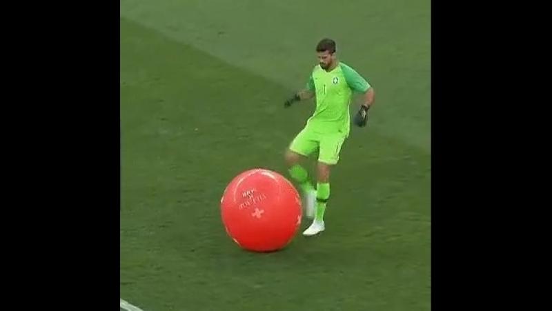 Вратарь сборной Бразилии лопнул воздушный шарик...