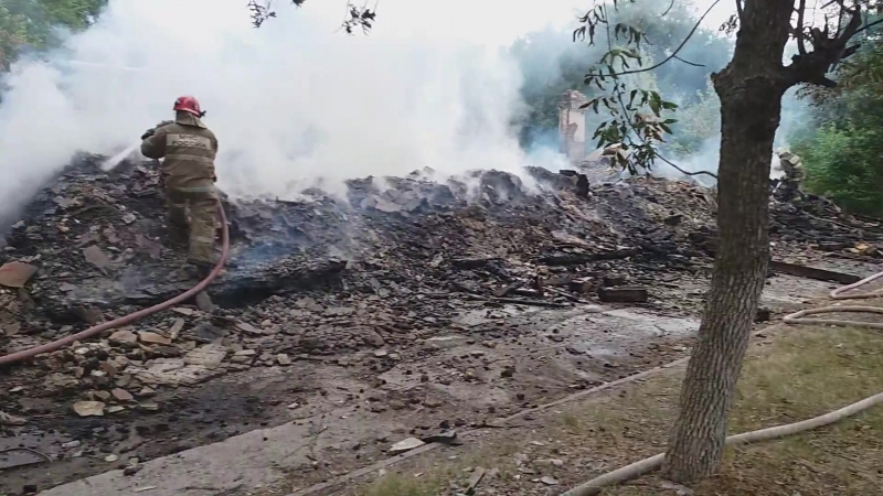 Сотрудники МЧС тушат пожар в доме на Брянской