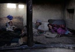 НАРКОМАНЫ И НАРКОБАРОНЫ АФГАНИСТАНА В центре столицы Афганистана, на каменистом береге реки Кабул собираются афганские наркоманы, чтобы купить дозу героина и тут же себе ее вколоть. Кого здесь