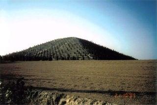 Великая Китайская пирамида. История Великой Китайской пирамиды чрезвычайно увлекательна. В течение нескольких десятилетий правительство страны не даёт разрешения проводить масштабные