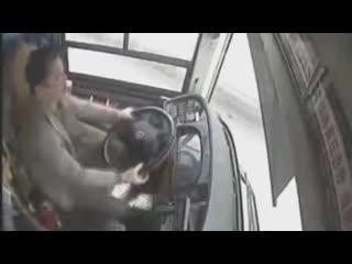 Автобус упал с моста в Китае